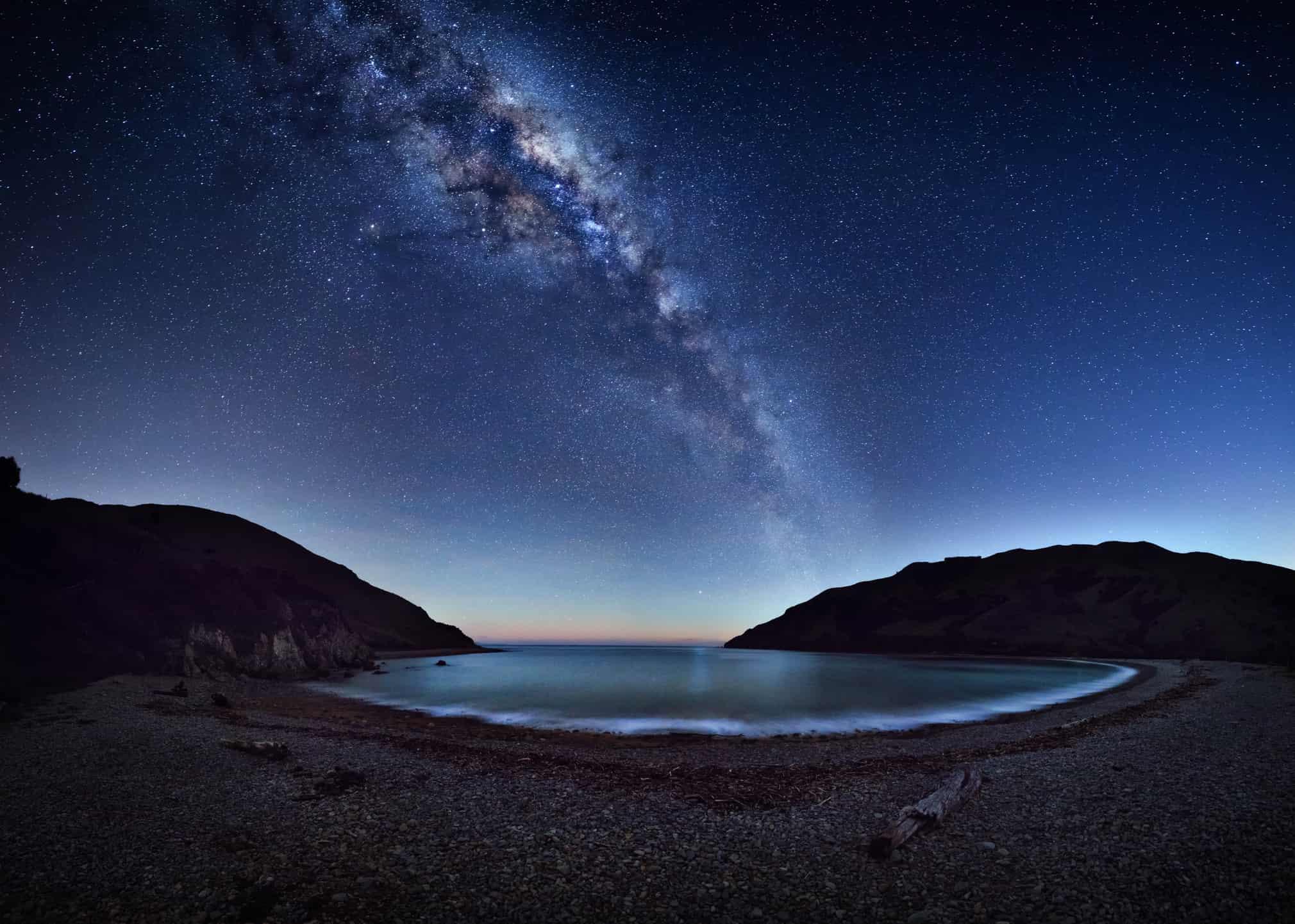 Fotografia Astronomica di Mark Gee: la via Lattea ripresa da una baia neozelandese.