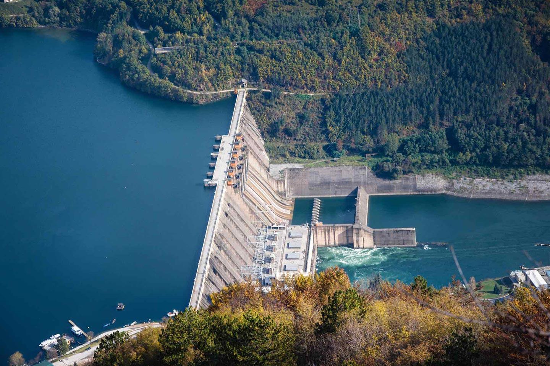 Energia idroelettrica è una fonte di energia rinnovabile che sfrutta la potenza dell'acqua.
