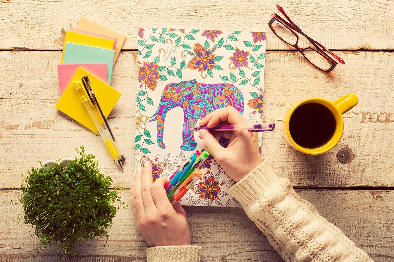 I libri da colorare per adulti sono un vero e proprio antistress, tanto da venire considerati una forma di art therapy.