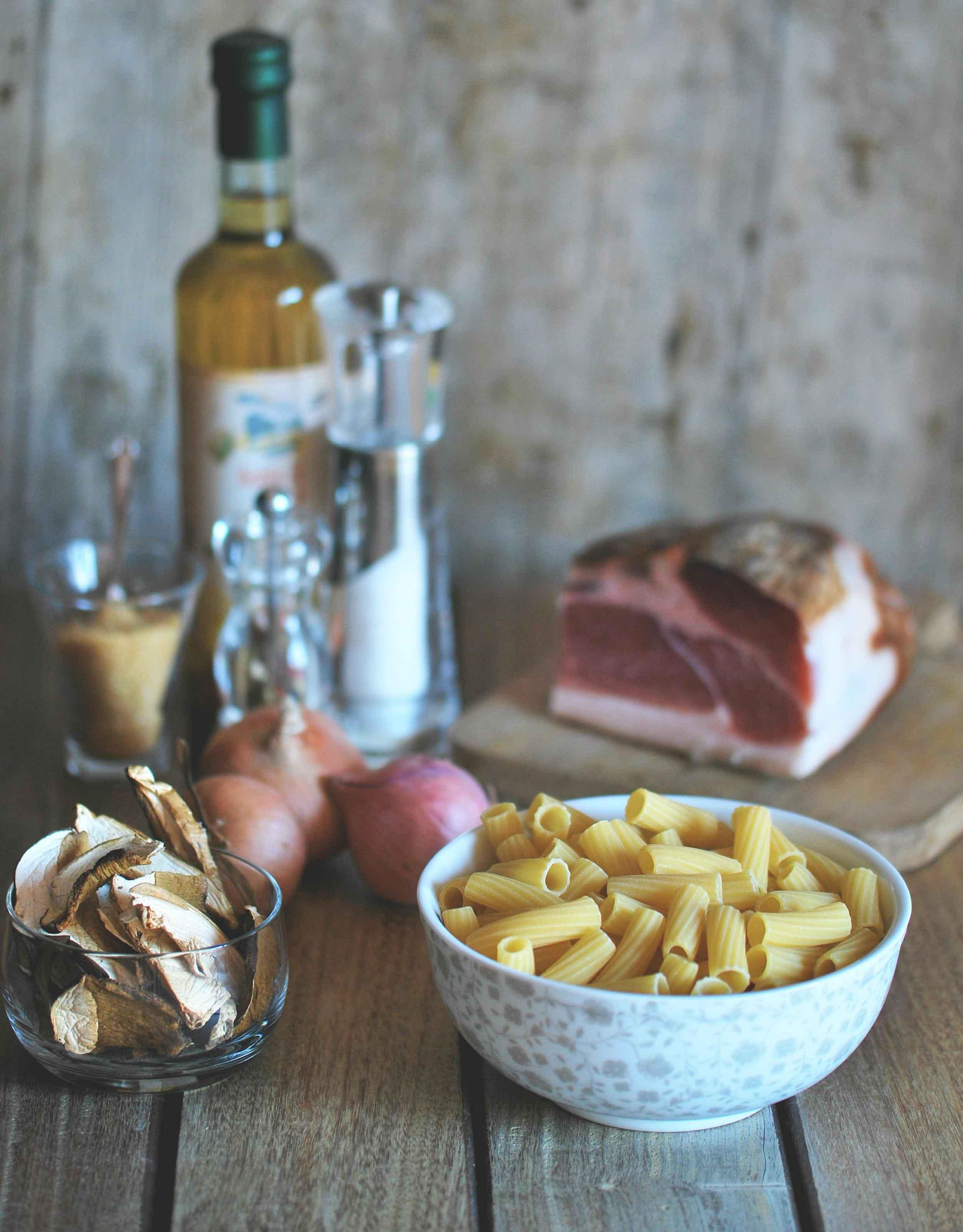 gli ingredienti di questa ricetta One Pot Pasta: cipolle, speck e funghi