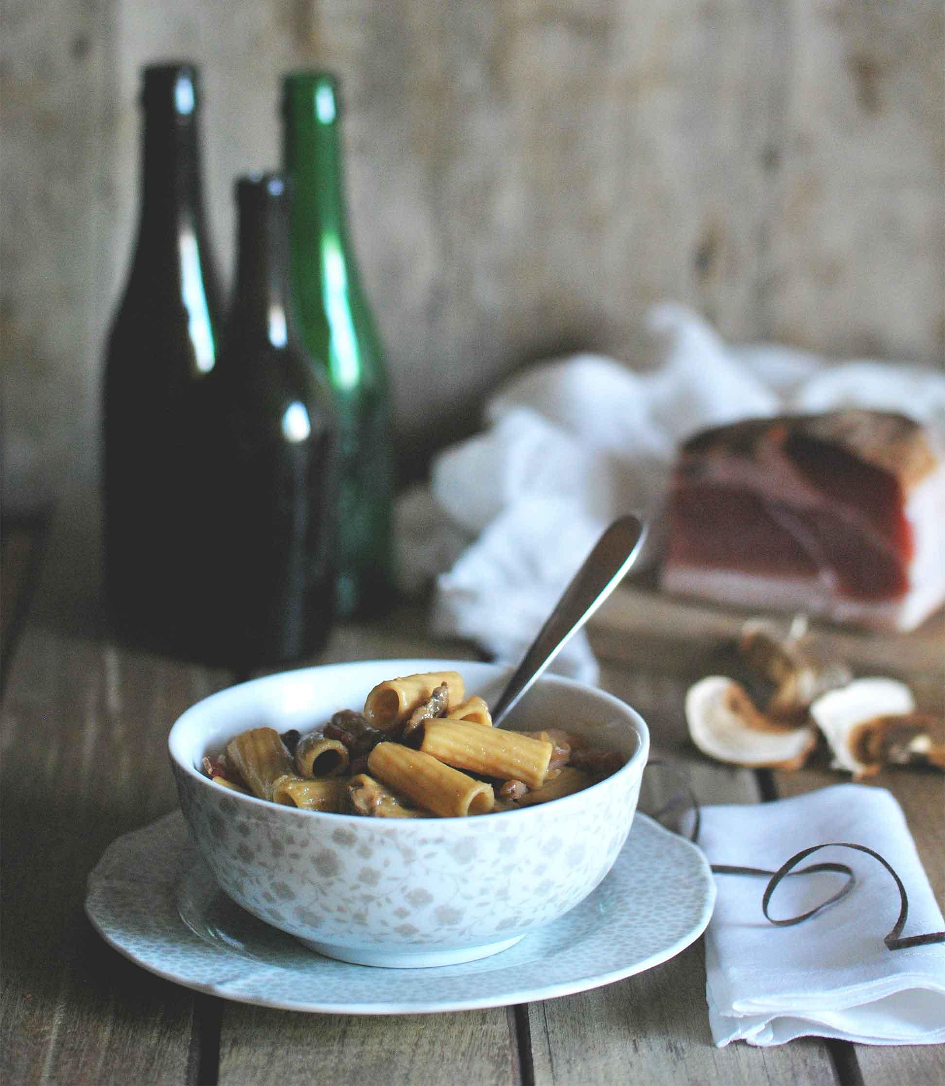 La food blogger Elena Levati prepara la One Pot Pasta con cipolle, speck e funghi, usando solo una padella.