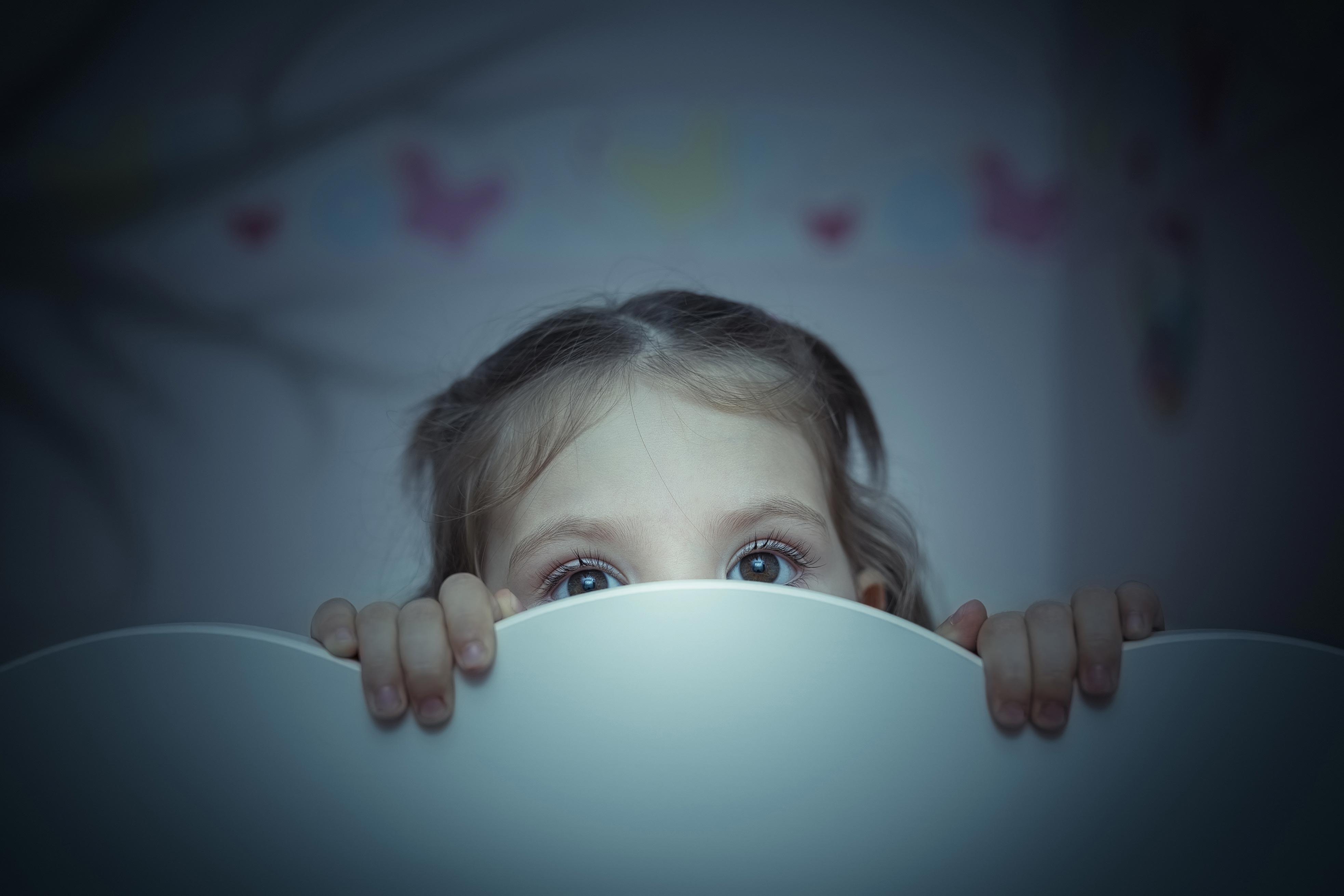 Come superare la paura del buio? E perché si ha paura da bambini e a volte anche da adulti? I Consigli della psicologa Noemi Zenzale.