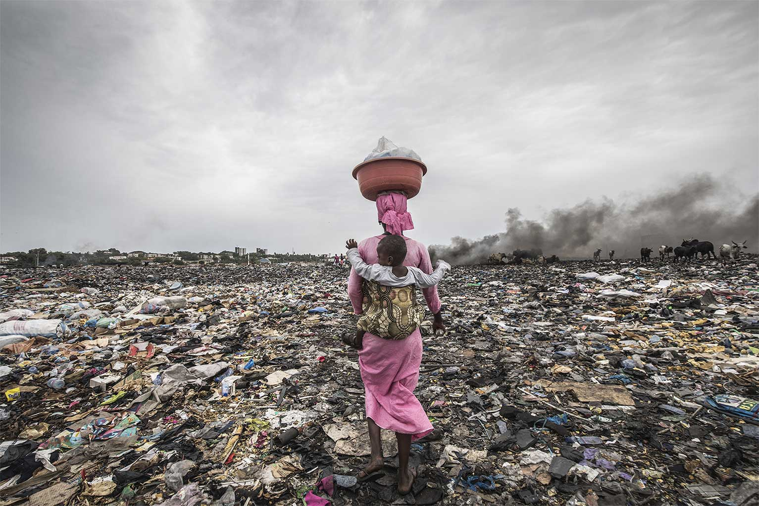 Donna nella discarica di rifiuti elettrici di Agbobloshie. Reportage fotografico sull'energia in Africa.