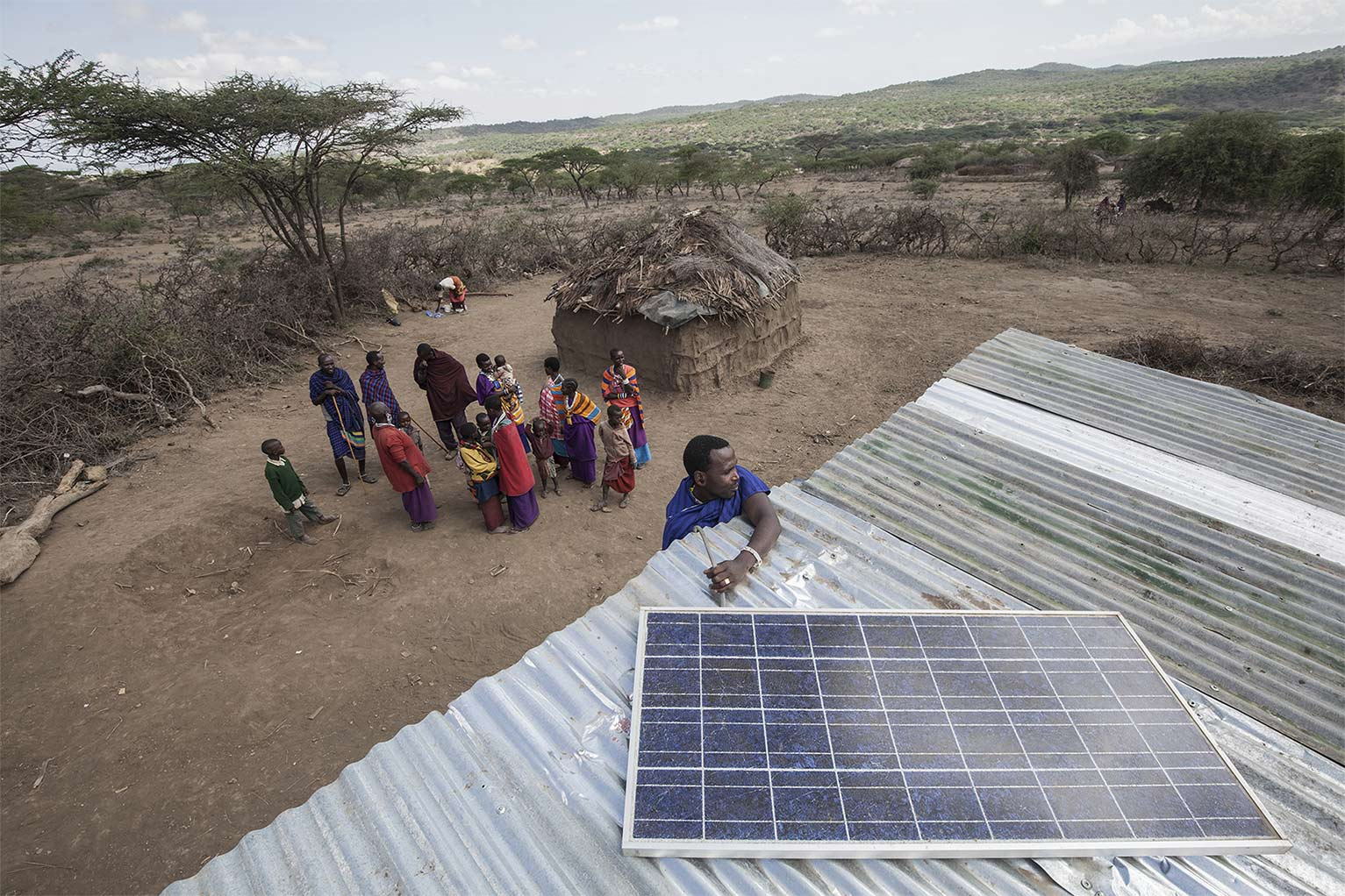 Un pastore masai installa un impianto ad enerigia solare in Africa. Reportage di Marco Garofalo.