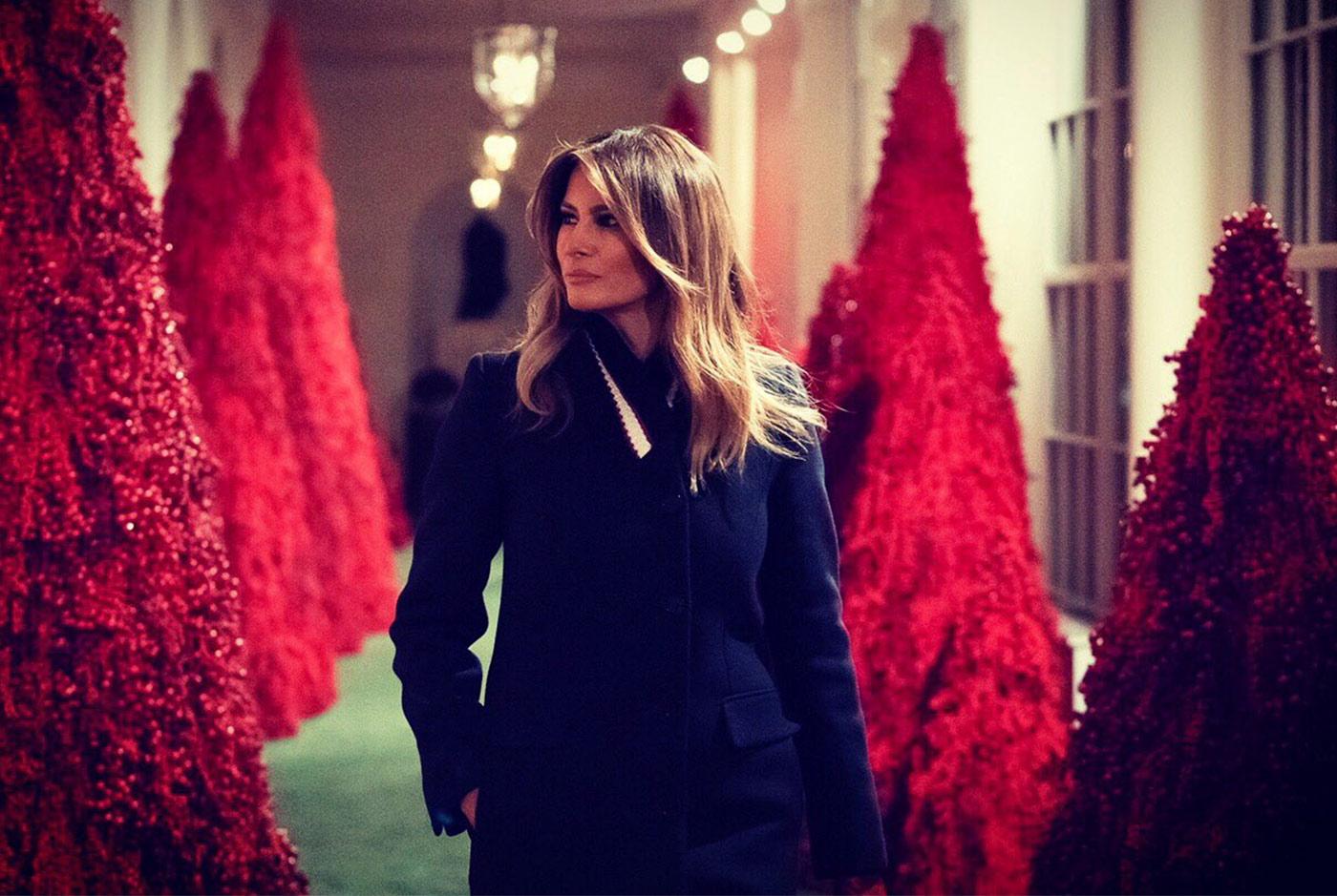 Gli alberi di Natale rossi della Casa Bianca presentati da Melania Trump in un Video.