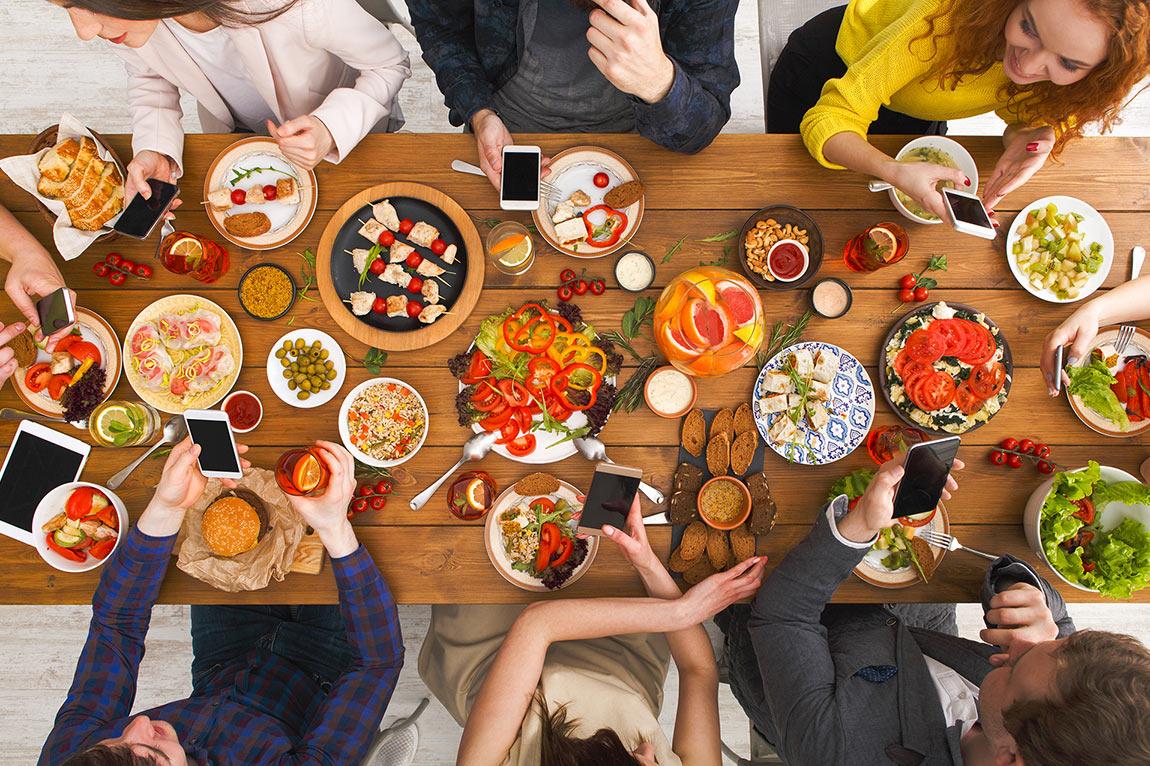 Lo smartphone a tavola è causa di stress e a volte sintomo di altri disturbi.