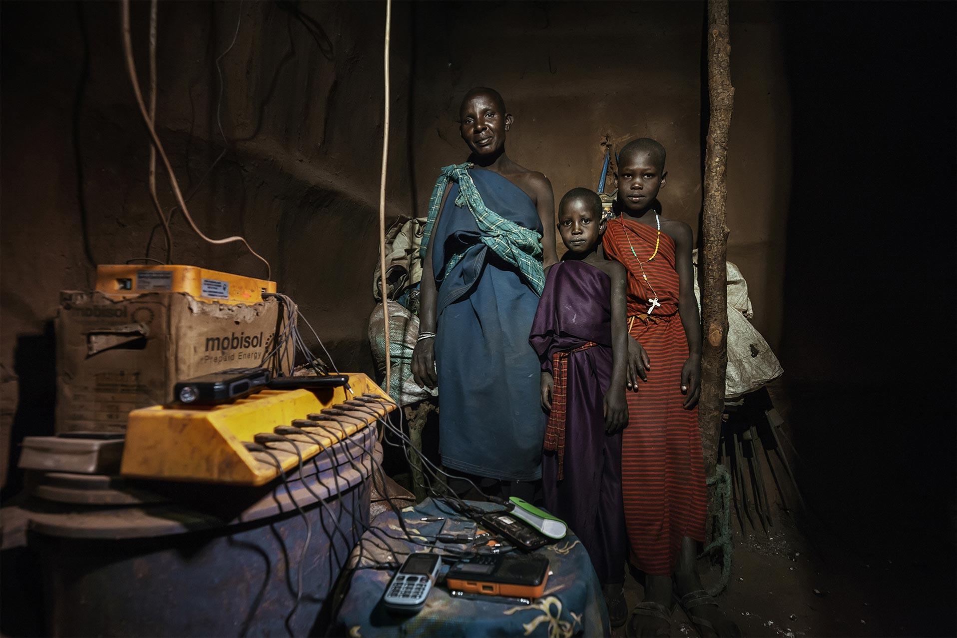 Cellulari in carica in una casa africana. Energy portraits - Reportage del fotografo Marco Garofalo