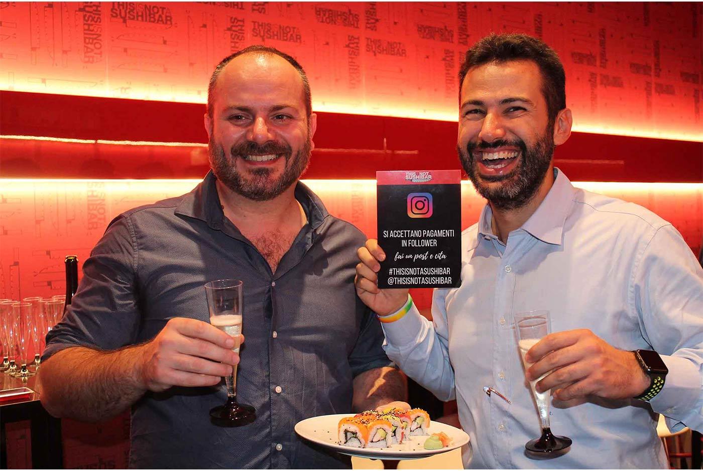 This Is Not a Sushi Bar premia i clienti che scattano foto a tavola con i loro smartphone