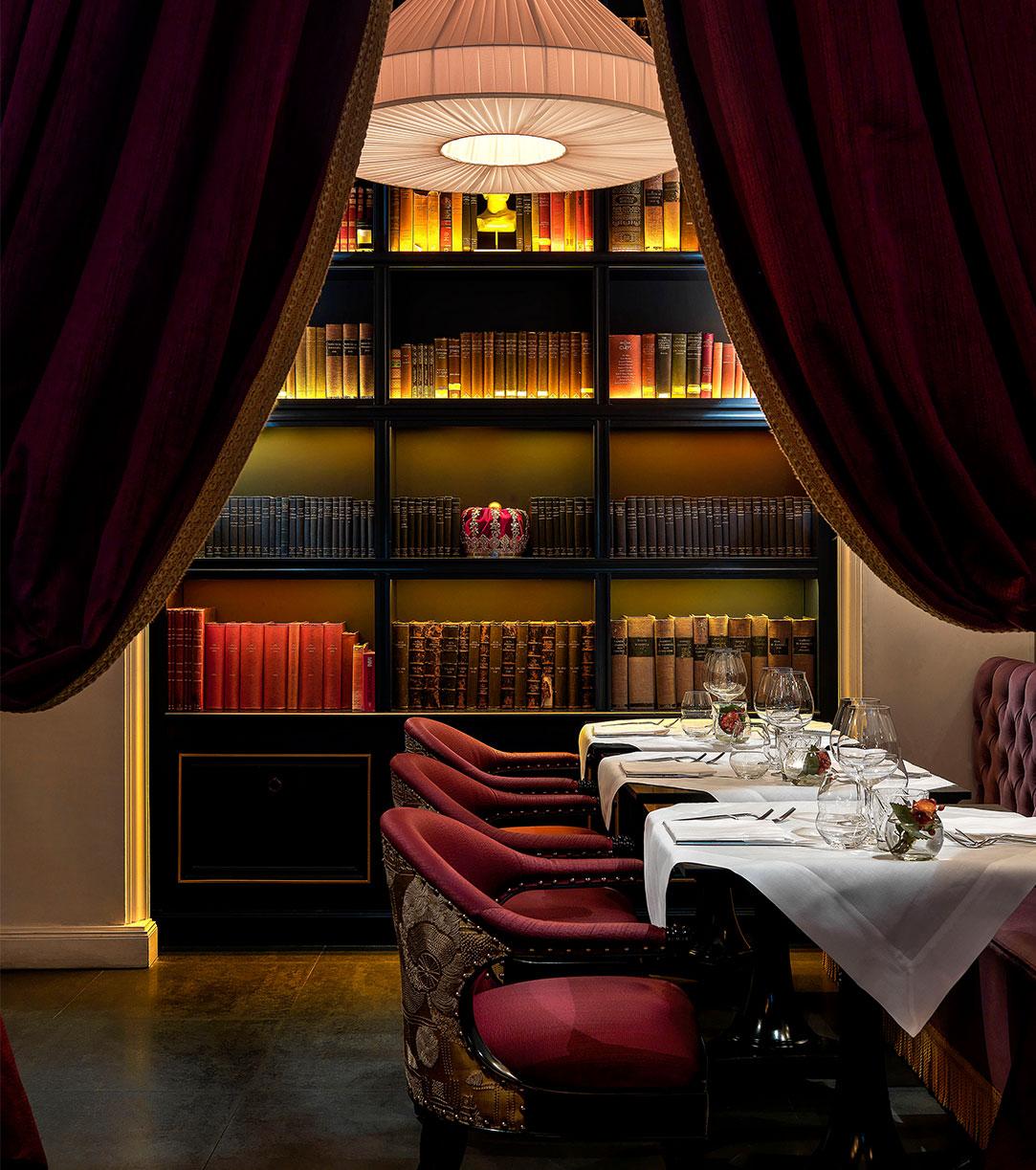 Casa Coppelle è un ristorante che premia le buone maniere a tavola offrendo rose a chi non usa lo smartphone