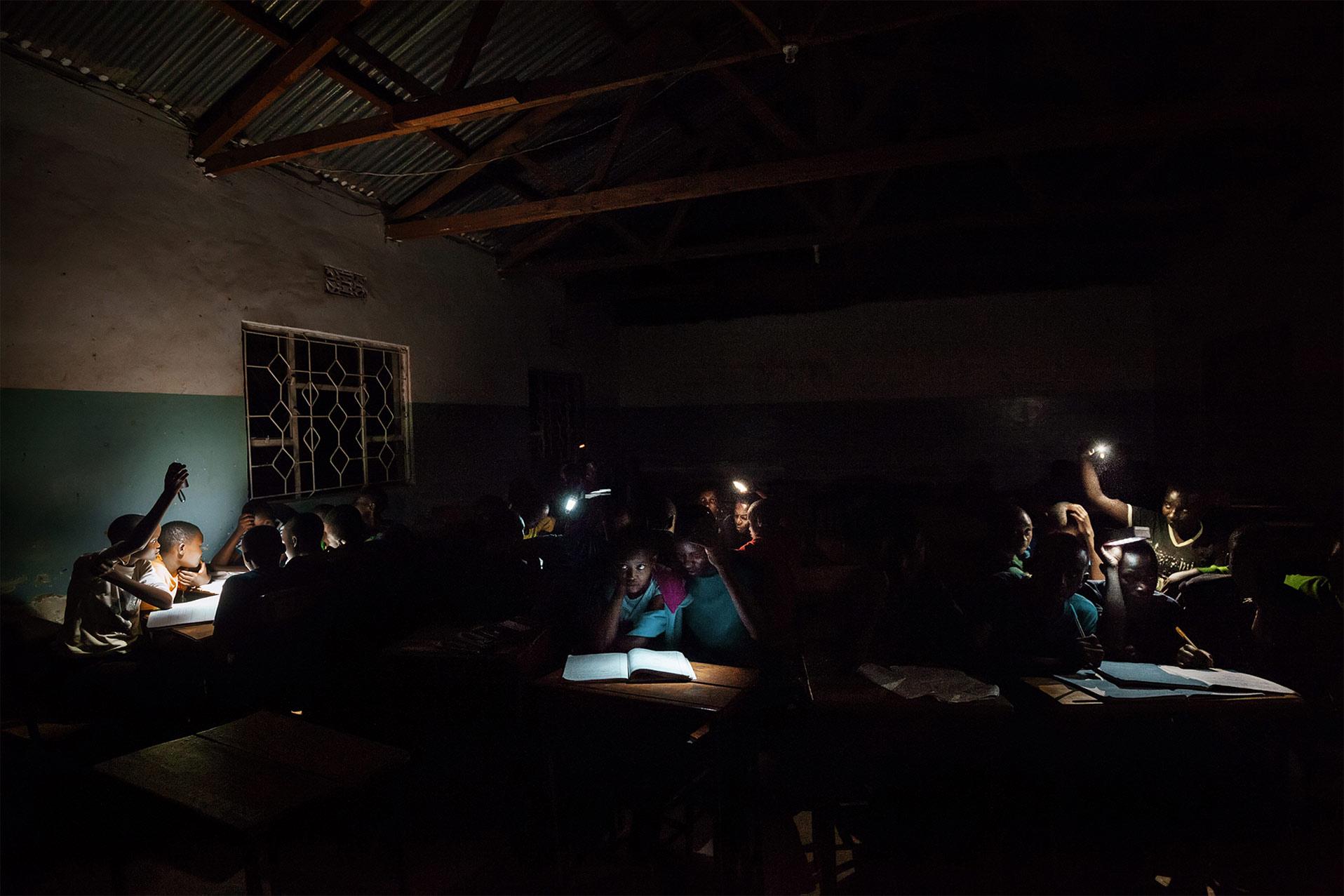 Studenti africani studiano alla luce delle torce elettriche. Reportage del fotografo Marco Garofalo
