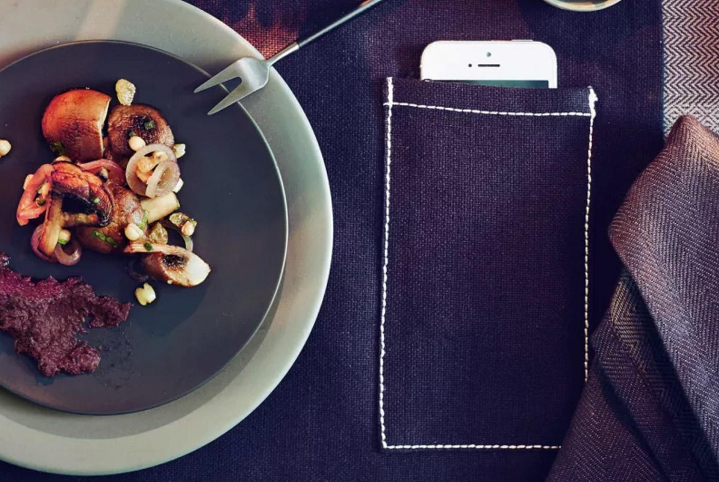 Ikea ha ideato una tovaglietta con tasca per coprire lo smartphone a tavola
