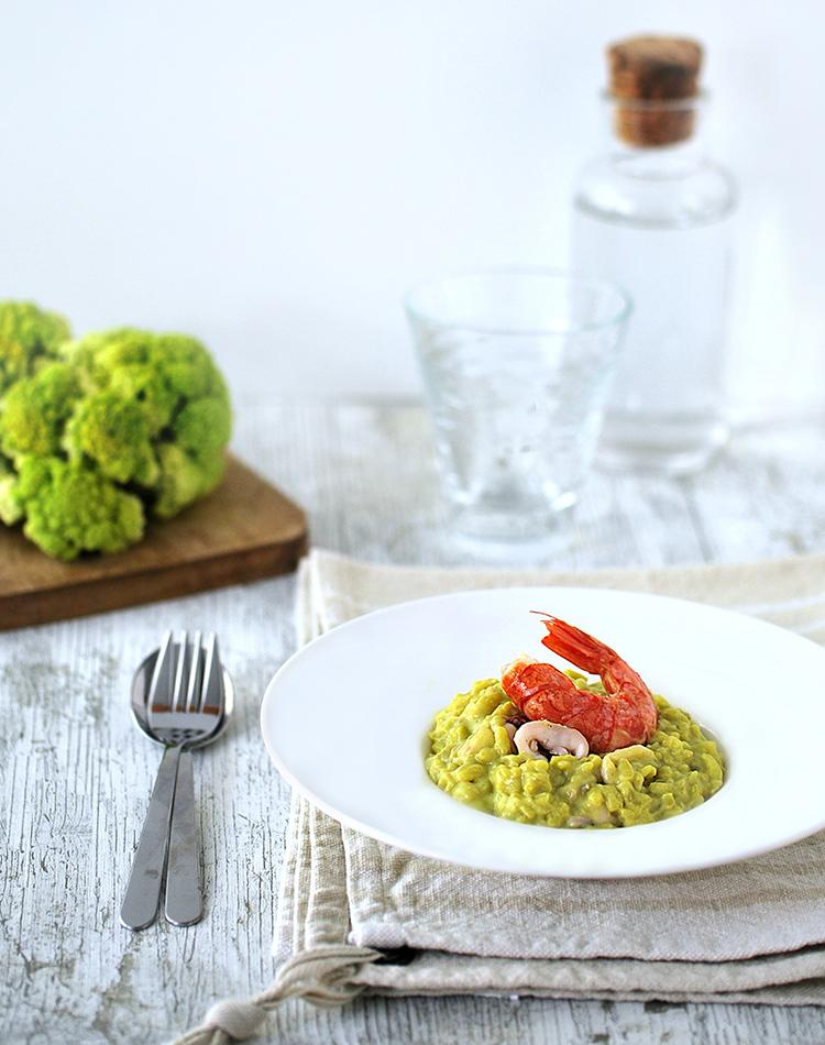 Presentazione del risotto con cavolfiore, calamari e gamberi cotto in pentola a pressione