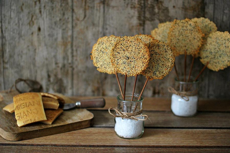 Lecca-lecca creati riutilizzando le croste di parmigiano cotte al forno