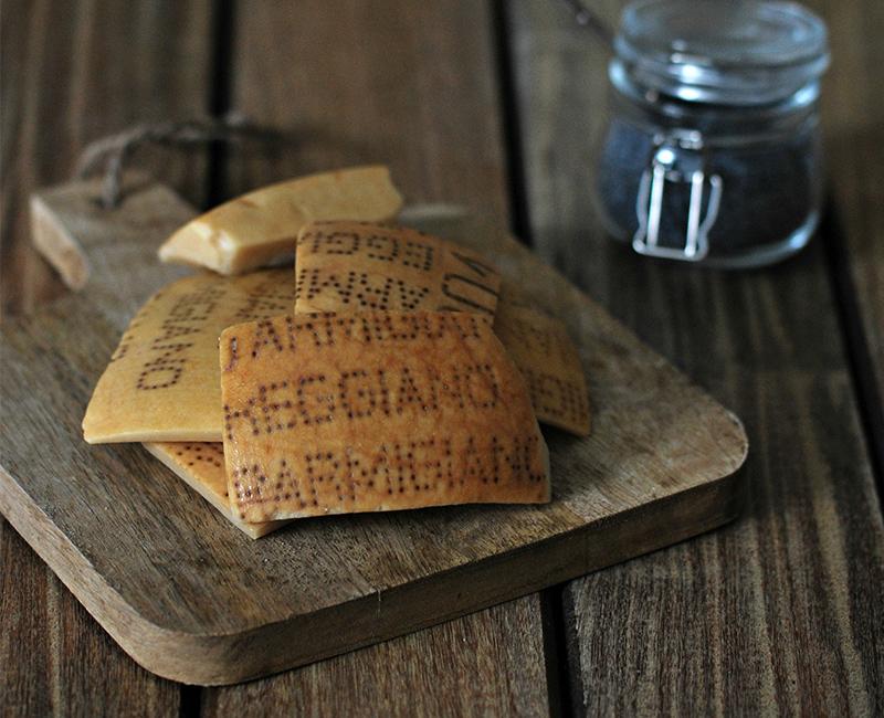 Gli ingredienti per cucinare le croste di parmigiano, trasformandole in sfiziosi lecca lecca
