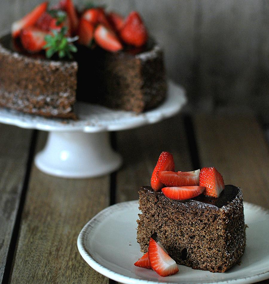 Fetta di torta di fragole e cioccolato preparata con cottura a bagnomaria
