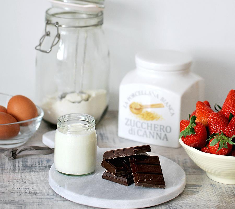 Ingredienti della torta con ricotta fragole e cioccolato