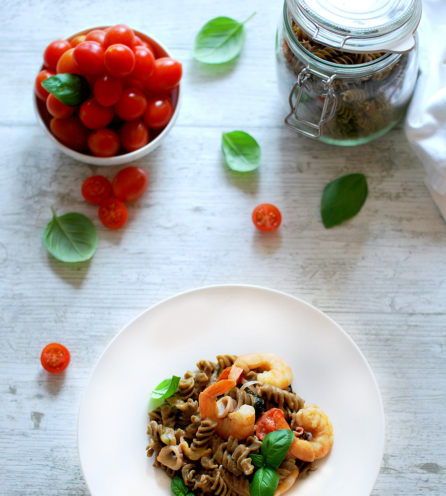 Pasta calamari, gamberi e zucchine cotta in padella