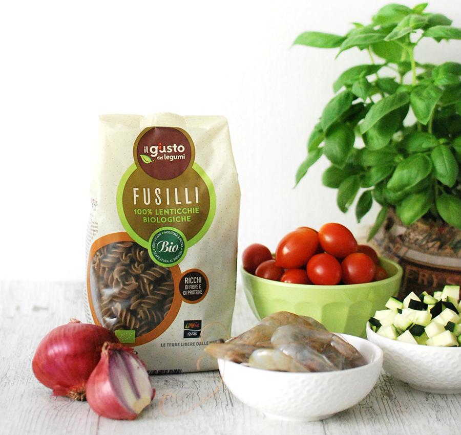 Ingredienti della pasta di lenticchie con zucchine, gamberi e calamari