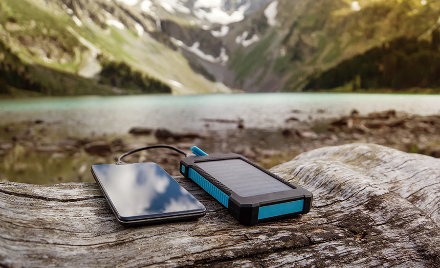 Power bank solare: uno dei gadget per i viaggiatiori geek
