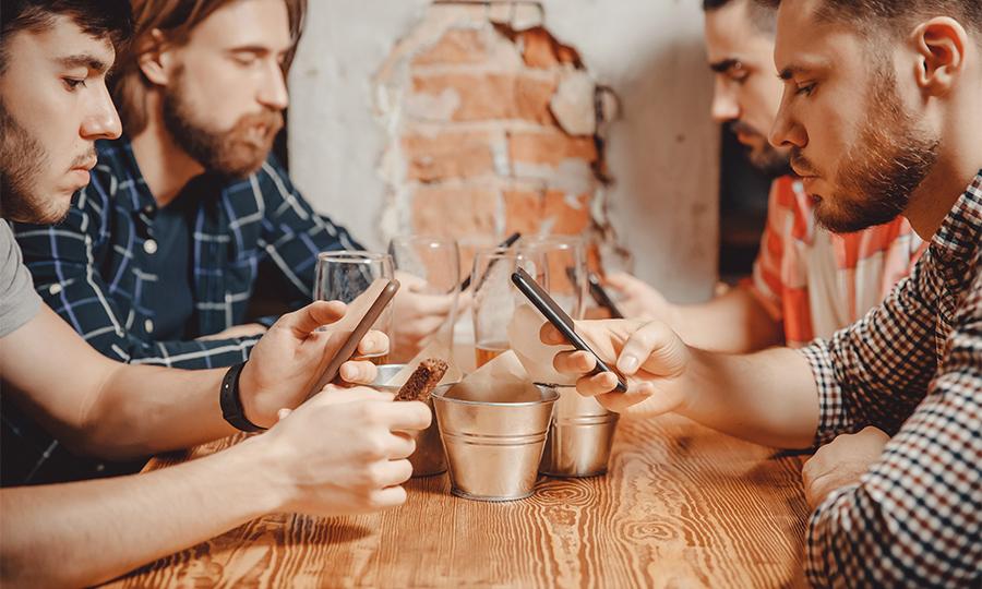 """Il phubbing, contrazione di """"phone"""" e """"snubbing"""", indica quando ignoriamo le persone per leggere lo smartphone"""