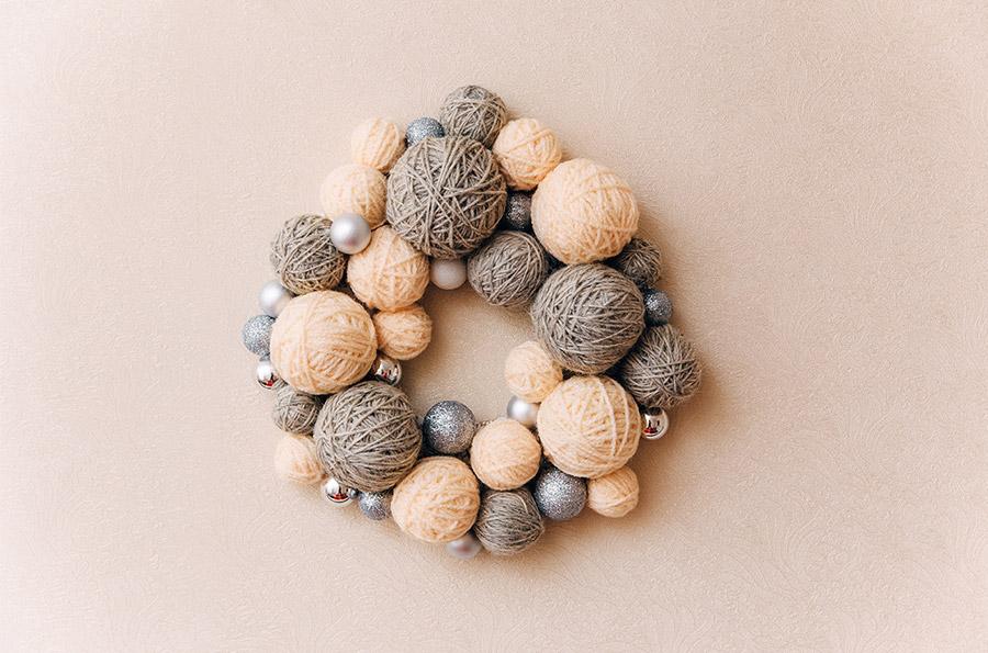 Ghirlanda di Natale realizzata coi gomitoli di lana