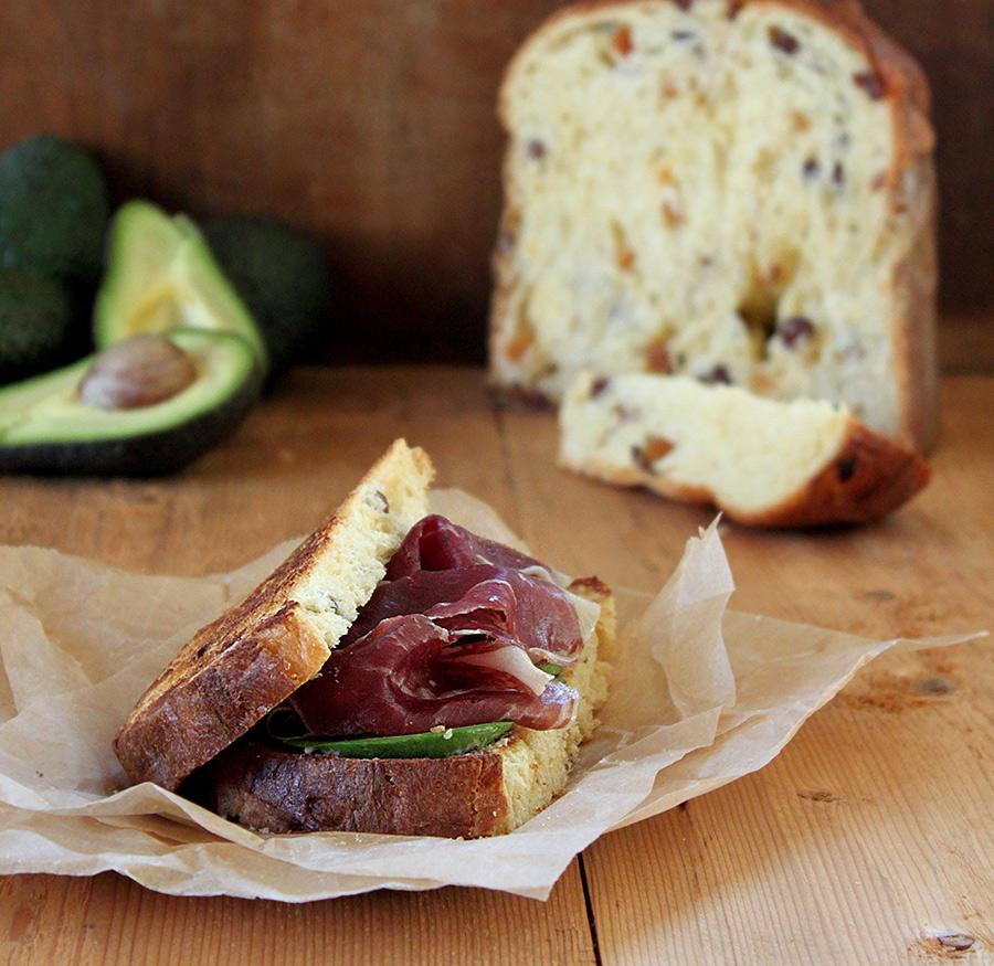 Avocado Toast con prosciutto: la ricetta preparata con il panettone avanzato