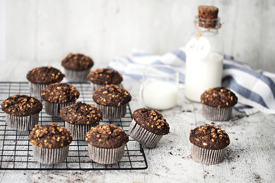 Muffin con nocciole, cioccolato e fondi di caffè pronti