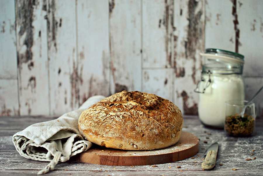 No Knead Bread: pane pronto e adagiato su un tagliere