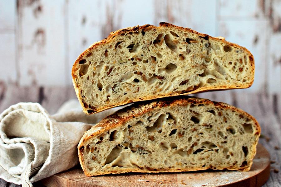 Pane senza impasto ai semi pronto per essere servito