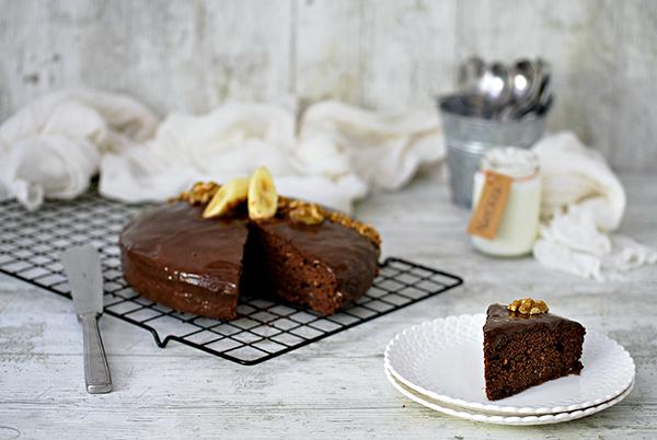 Torta al cioccolato, banane e noci pronta per essere servita
