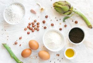 Gli ingredienti per preparare le pappardelle ai carciofi, caffè e nocciole croccanti