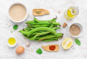 Fave fresche e altri ingredienti per l'hummus