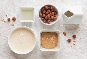 Ingredienti per preparare il gelato alla nocciola senza gelatiera