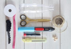 Materiali per riciclare le bottiglie di plastica in campane a vento