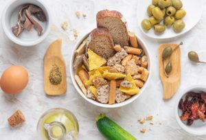 Pane grattugiato, crackers, grissini sbriciolati, un uovo, capperi, acciughe e pomodorini sono gli ingredienti per creare gli spiedini di polpette al forno