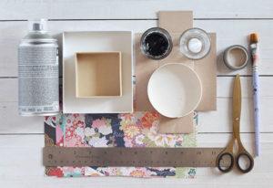 I materiali necessari per riciclare scatole di cartone, di scarpe o scatoline di prodotti in decorazioni da parete