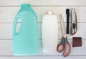 Materiali per riciclare i flaconi del detersivo