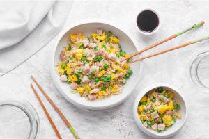 Riso alla Cantonese saltato al wok con verdure, pesce e uova strapazzate